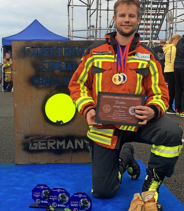 Philipp Kaiser mit seiner Pokalausbeut... der Fire Fighter Challenge in Berlin.  | Foto: Privat