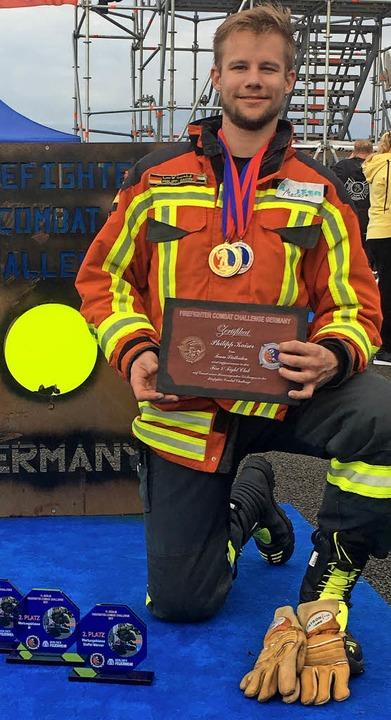 Philipp Kaiser mit seiner Pokalausbeute bei der Fire Fighter Challenge in Berlin  | Foto: Privat