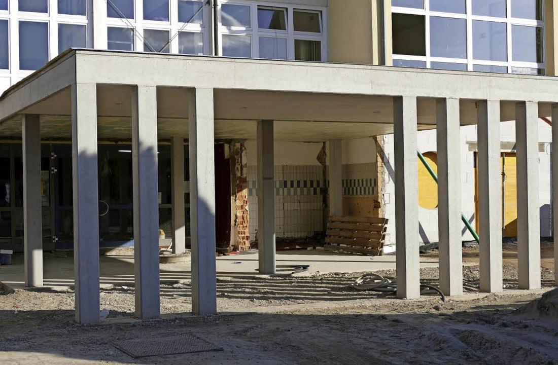 Auch der neue Eingangsbereich der Alem...hule in Hartheim ist noch nicht fertig  | Foto: Susanne Müller