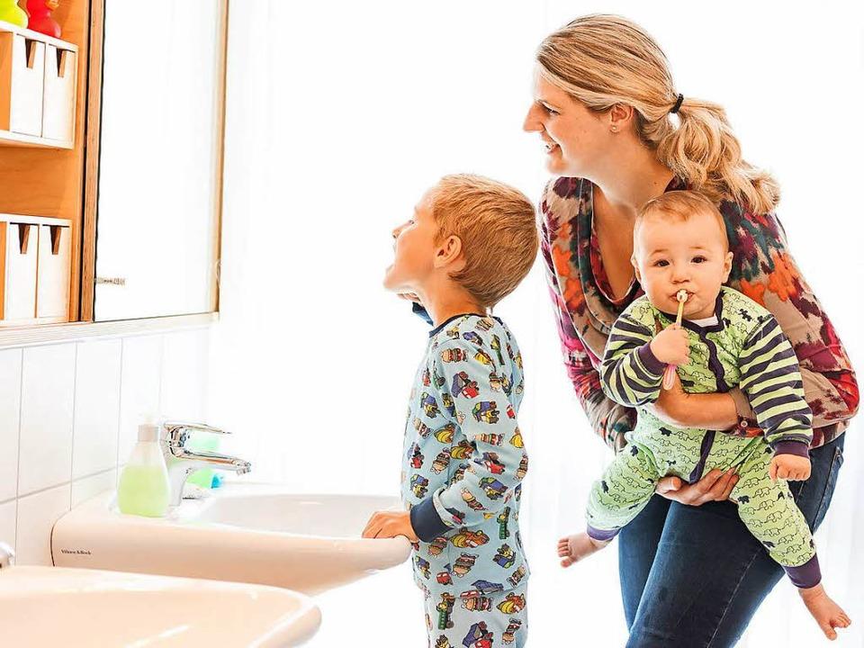 Gemeinsam mit den Eltern lernen Kinder das regelmäßige Zähneputzen am besten.  | Foto: proDente/Kierzkowksi