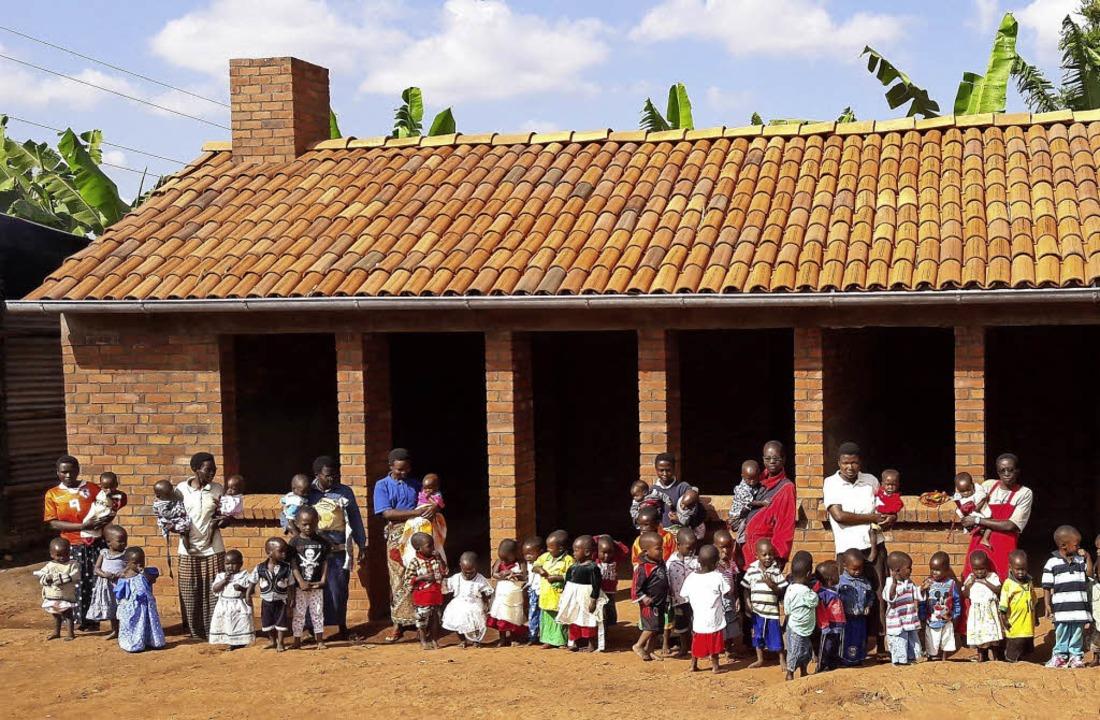 Waisenkinder und ihre Betreuer, darunt...aus, das nun ausgestattet werden soll.    Foto:  Stiftung Helfende Hände