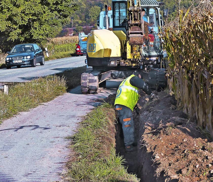 Die Grabarbeiten entlang des Radwegs a... Istein dienen dem schnellen Internet.  | Foto: Langelott