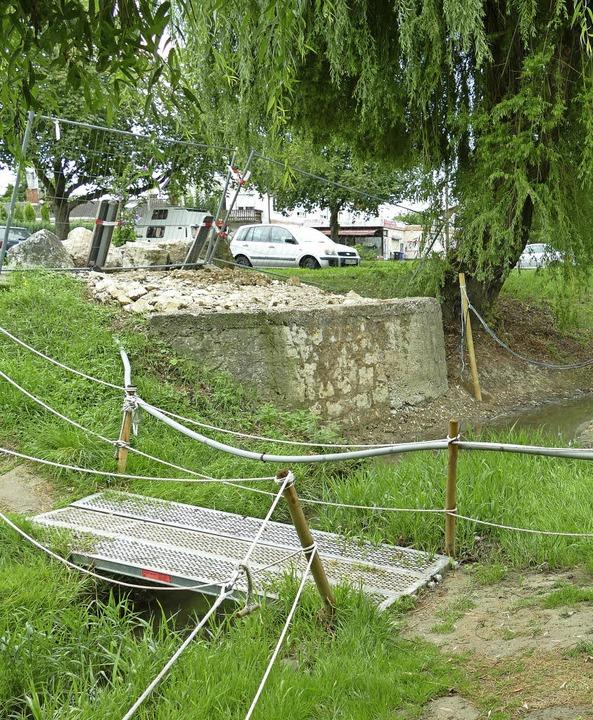 Eine Weile geht es in Istein  noch übe...rovisorische Brücke über den Hodbach.   | Foto: Langelott