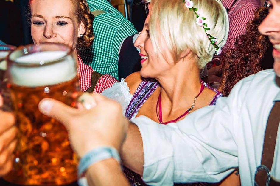 Dirndl, Latzhosen und Livemusik beim 5. Oktoberfest der Brauerei Ganter in Freiburg. (Foto: Julia Klaus)