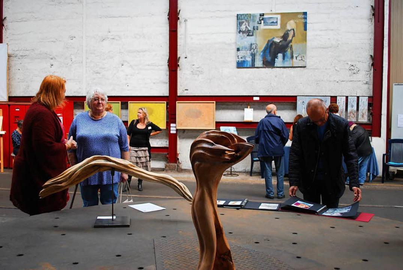 Vorn Beate Neumanns Skulpturen, hinten...20; Bild. Es handelt von zwei Müttern.  | Foto: Sylvia-Karina Jahn