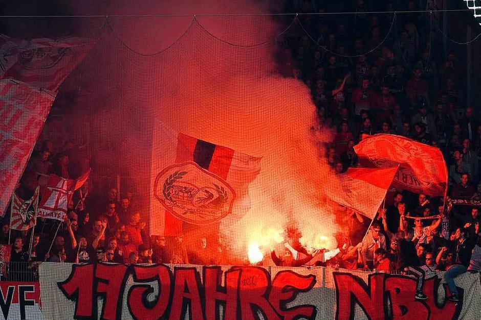 Die Freiburger Fans vor dem Anpfiff. (Foto: dpa)