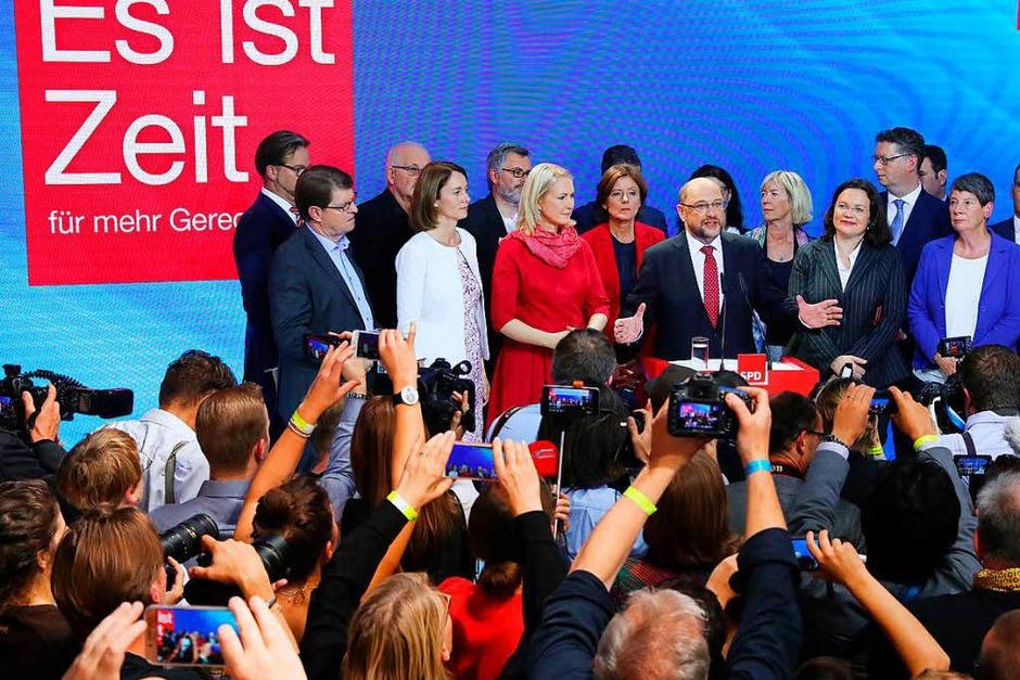 Schulz in der Berliner Parteizentrale der SPD nach Veröffentlichung der ersten Hochrechnungen. (Foto: dpa)