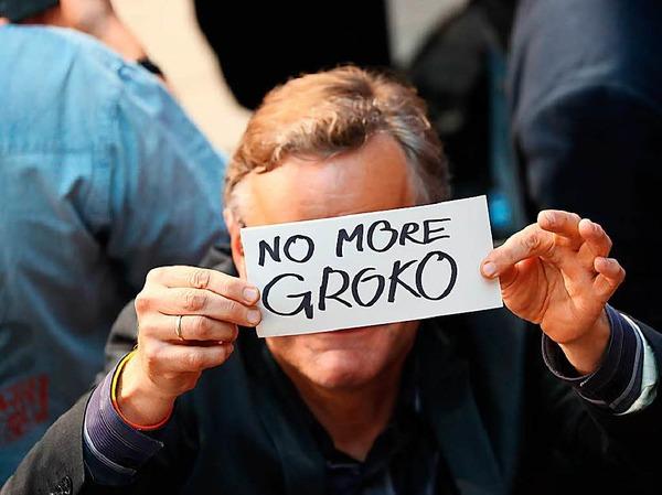 """Ein Gast der SPD-Wahlparty der SPD hält ein Schild mit der Aufschrift """"No more Groko"""" (Keine Große Koalition mehr)"""