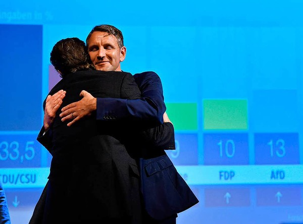 Thüringens AfD-Landeschef Björn Höcke (r) und der AfD-Landtagsabgeordnete Stephan Brandner umarmen sich.
