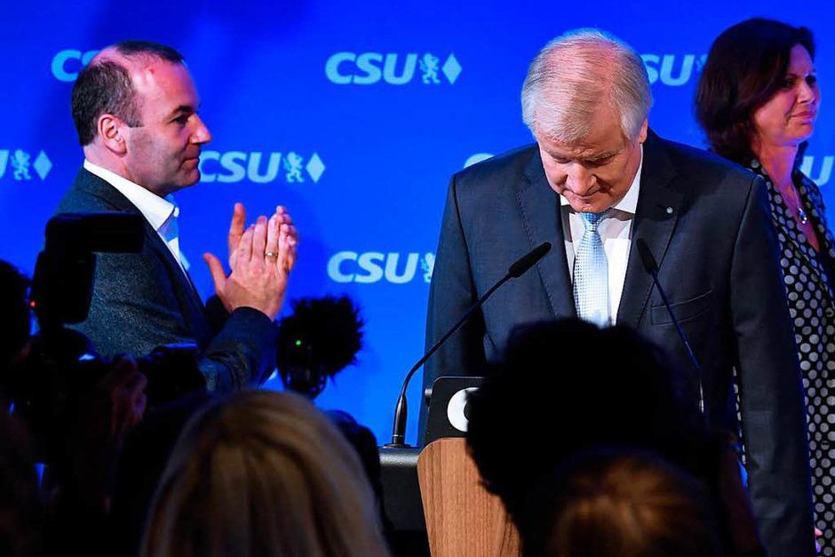 CSU-Parteichef Horst Seehofer verbeugt sich in der CSU-Landesleitung in München. (Foto: dpa)