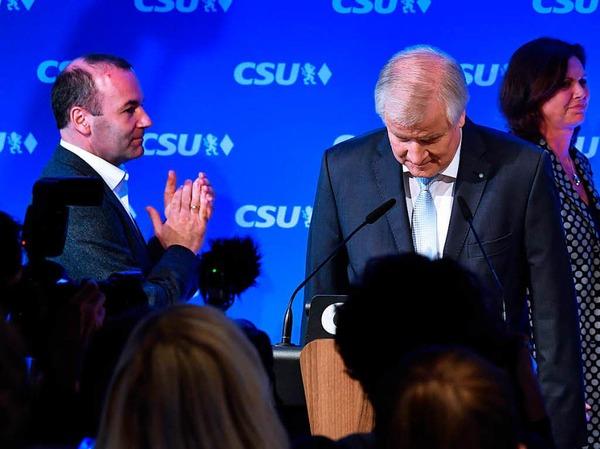 CSU-Parteichef Horst Seehofer verbeugt sich in der CSU-Landesleitung in München.