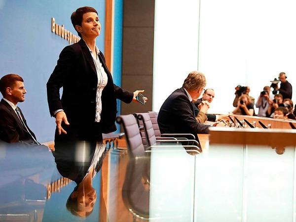 """""""Also pardon, Frau Petry, das ist, finde ich, kein faires Verhalten"""", sagt Tim Szent-Iványi von der Bundespressekonferenz."""