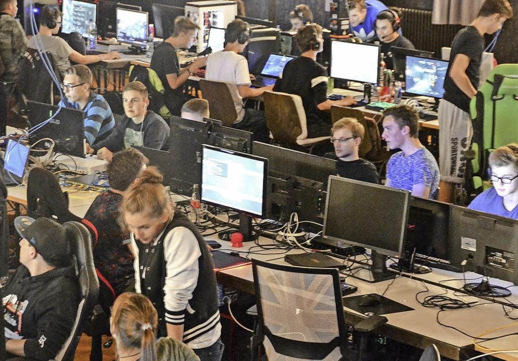 80 junge Menschen hatten in der Nacht ...it anderen Computerspiele zu spielen.   | Foto: Lisa Geppert