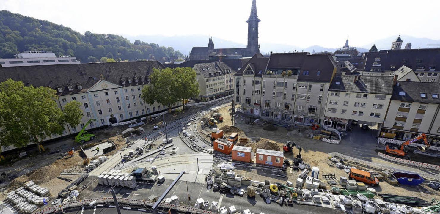Das Fundament fürs Siegesdenkmal direk...skaserne (links) wird derzeit gelegt.   | Foto: ingo schneider