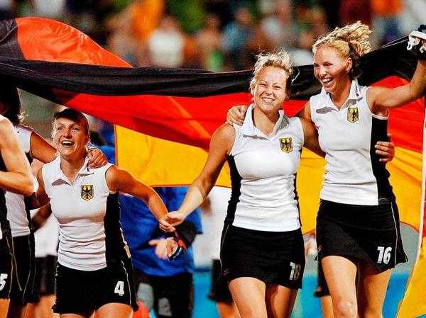 ... sondern im weltweiten Blitzlichtgewitter, weil sie als Spielmacherin der deutschen Hockeynationalmannschaft Gold bei den Olympischen Spielen in Athen holte.