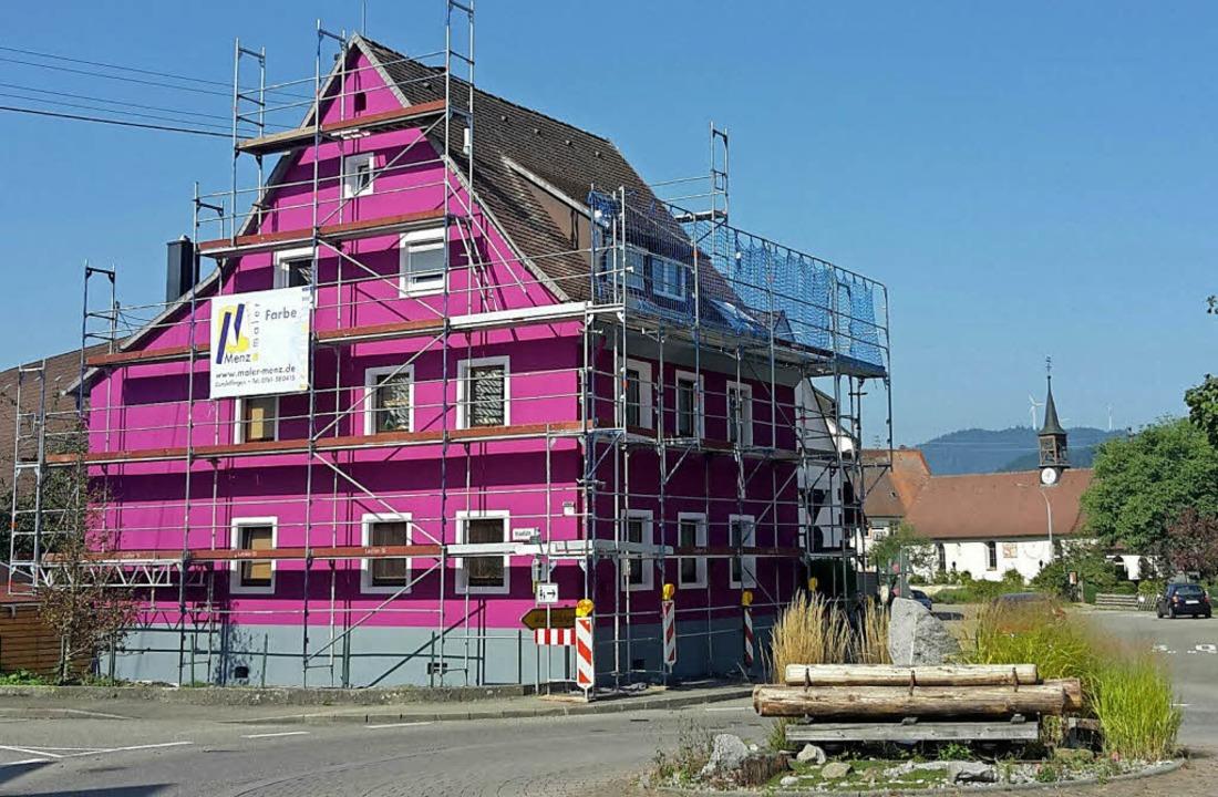 Ganz schön lila: das Haus an der Bundesstraße in Zarten   | Foto: Uwe Mauch