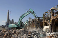 Sieben Bagger zerlegen die Papierfabrik