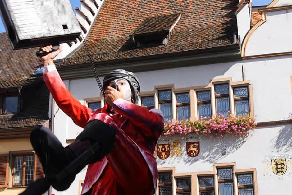 Fabelhafte und bezaubernde Fantasiewesen schwebten wieder auf Stelzen durch die historische Innenstadt Staufens und brachten die zahlreichen Besucher zum Gaffen, Staunen und Dahinschmelzen. (Foto: Hans Jürgen Kugler)