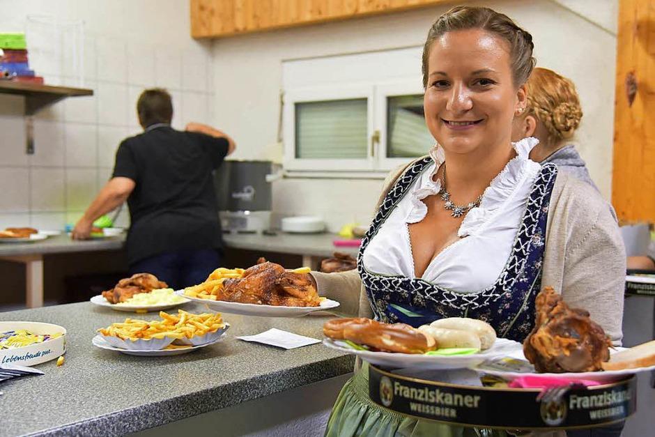 Deftiges Essen, süffiges Bier und gute Livemusik sind das Erfolgsrezept fürs Oktoberfest der Grenzacher Waggis-Clique. (Foto: Martin Eckert)