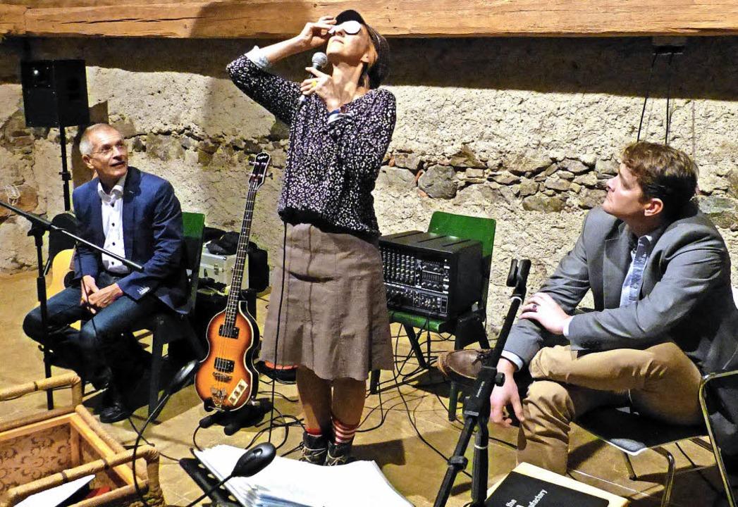 Marita Maier lud Bürgermeister Klaus V...nz-Josef Winterhalter zum Kräuterquiz.  | Foto: Claudia Bachmann-Goronzy