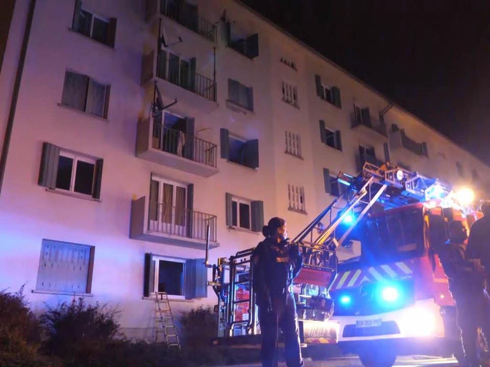 Das Feuer brach im Keller aus. Die fra...lizei ermittelt nach der Brandursache.  | Foto: Kamera24