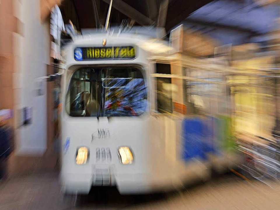 Ein Mann hat eine Straßenbahn mit einer Flasche beworfen.  | Foto: Michael Bamberger