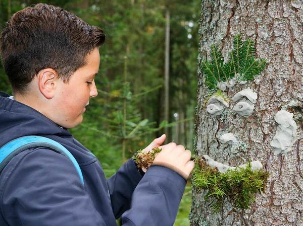 Gib den Bäumen ein Gesicht! Danach handelten die Sechstklässler beim Projekt Waldfacetten.