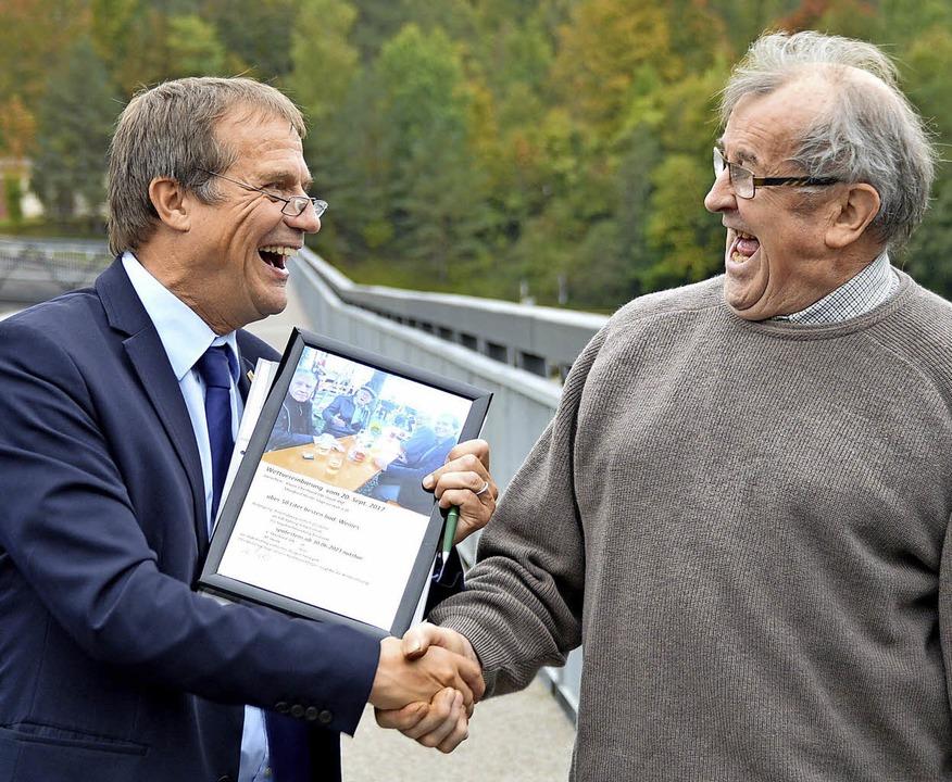 Oberbürgermeister Klaus Eberhardt (lin...e besiegeln die Wette per Handschlag.   | Foto: Horatio Gollin