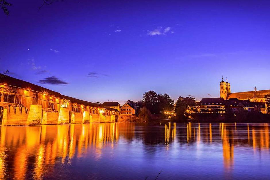 Kategorie Stadt: Bad Säckingen mit der historischen Holzbrücke bei der abendlichen Dämmerung (Foto: Andreas Klausmann)