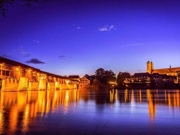 Kategorie Stadt: Bad Säckingen mit der historischen Holzbrücke bei der abendlichen Dämmerung