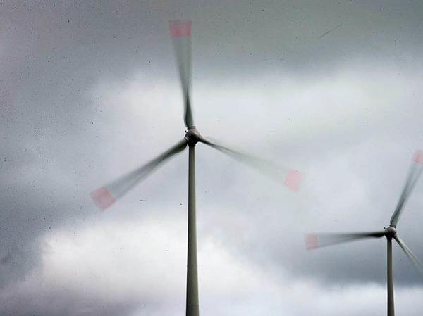Windräder in der Nähe von Paderborn drehen durch.