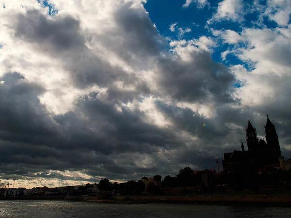 Dunkle Wolken  über Magdeburg.