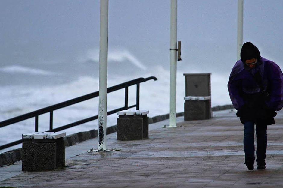 Stürmisch ist es auch an der Strandpromenade von Norderney. (Foto: dpa)