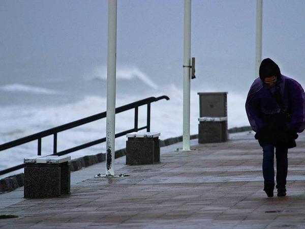 Stürmisch ist es auch an der Strandpromenade von Norderney.