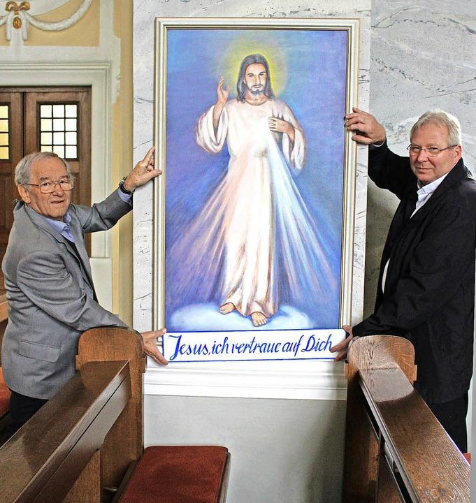 Ein  Jesusgemälde hat der Wehrer Künst... Matthias Kirner übergeben.               Foto: Hansjörg Bader