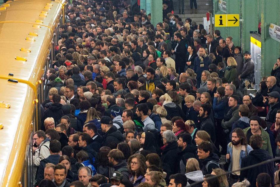 Reisende in der Berliner U-Bahn. Der Nahverkehr wurde eingestellt. (Foto: dpa)