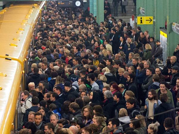 Reisende in der Berliner U-Bahn. Der Nahverkehr wurde eingestellt.