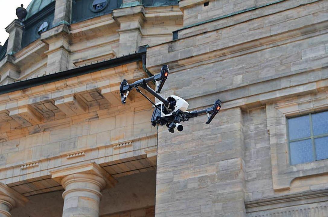 Mit einer Drohne wird die Übung dokumentiert.  | Foto: Christiane Sahli