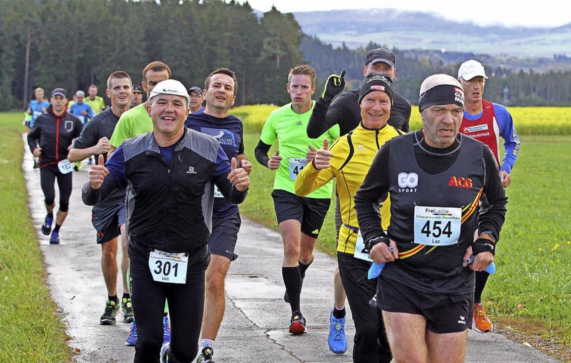 Daumen hoch: Rund sieben Kilometer nac...ng unter den Läufern noch ausgelassen.  | Foto: Dieter Reinhardt