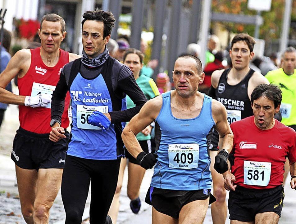 Handschuhe ja, aber schulterfrei: Der ...ünf Plusgraden auf den sechsten Platz.  | Foto: Dieter Reinhardt