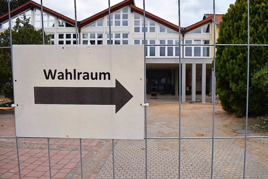 Auf dem Weg zum Wahlraum in der Hartheimer Schule, wo derzeit Bauarbeiten laufen. (Foto: Frank Schoch)