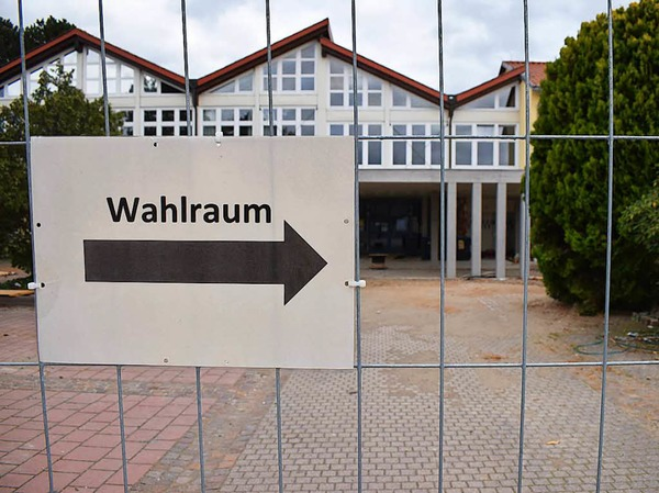Auf dem Weg zum Wahlraum in der Hartheimer Schule, wo derzeit Bauarbeiten laufen.