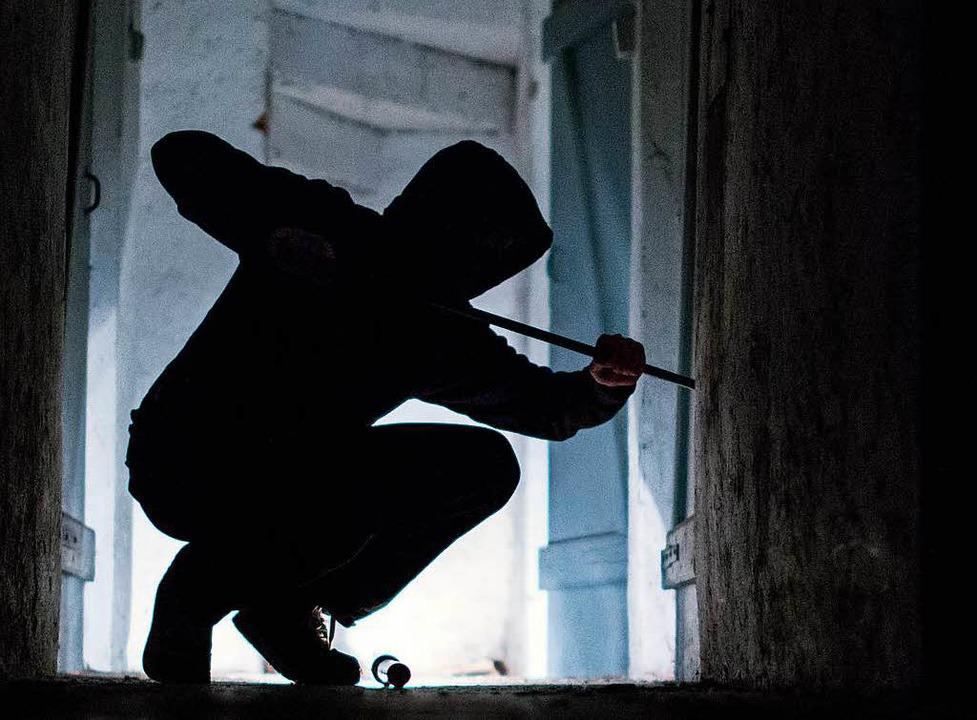 Der Mann soll in mehrere Wohnungen eingebrochen sein.  | Foto: Silas Stein