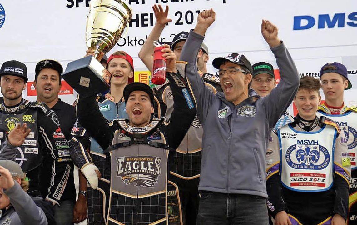 <BZ-FotoAnlauf>Speedway:</BZ-FotoAnlau...Pokal) und seine Teamkollegen jubeln.   | Foto:  Privat