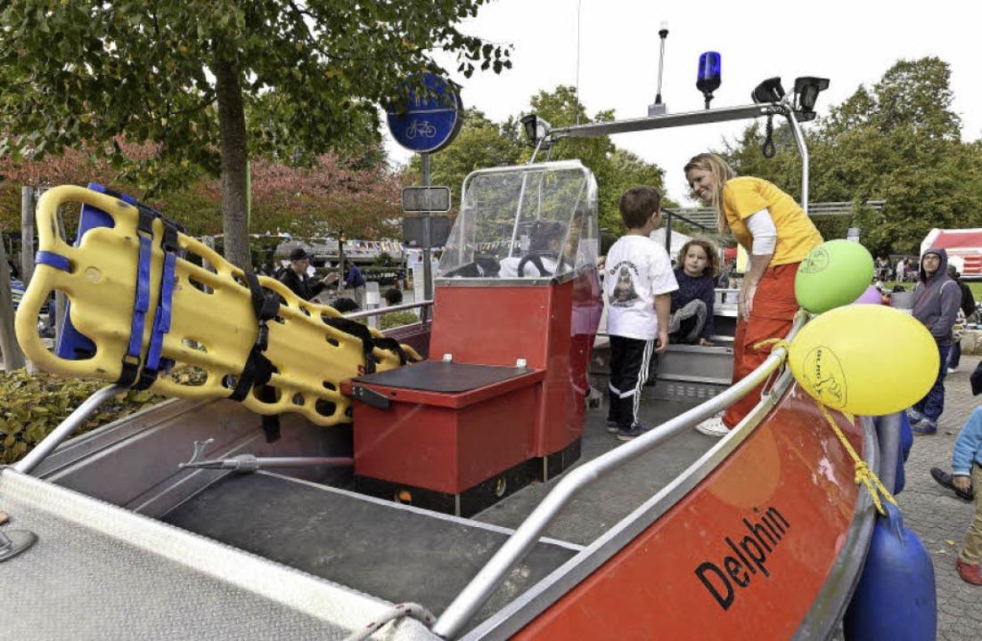Ute Nostadt (im gelben T-Shirt) von de...äuterte Kindern das DLRG-Rettungsboot.  | Foto: Thomas Kunz