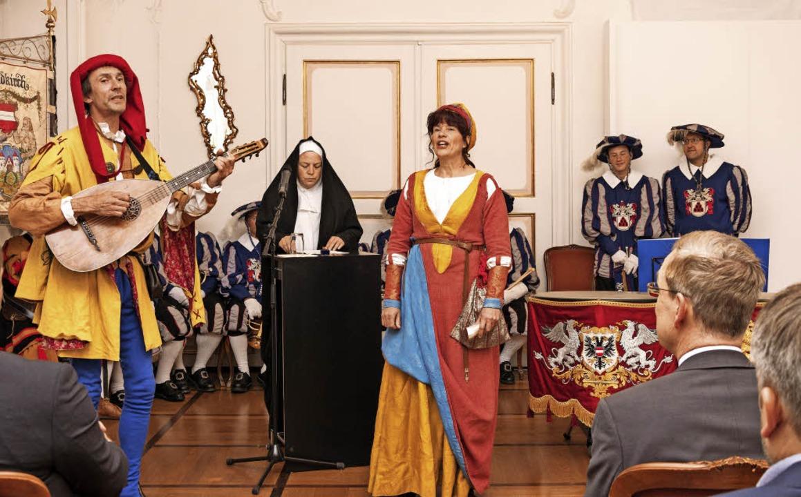Musikalisch und schauspielerisch begle...e Biggi Bernhardt und Stefan Schmidt.   | Foto: Fotos: Helmut Rothermel