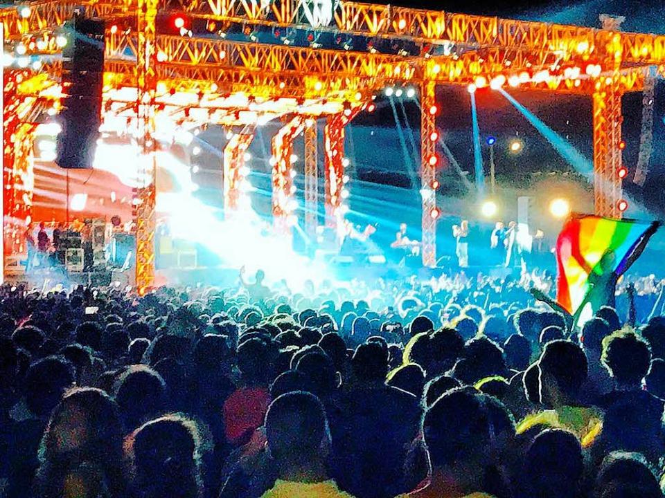 Kleine Fahne, großer Ärger: Zuschauer ...der Band Mashrou' Leila in Kairo    Foto: dpa