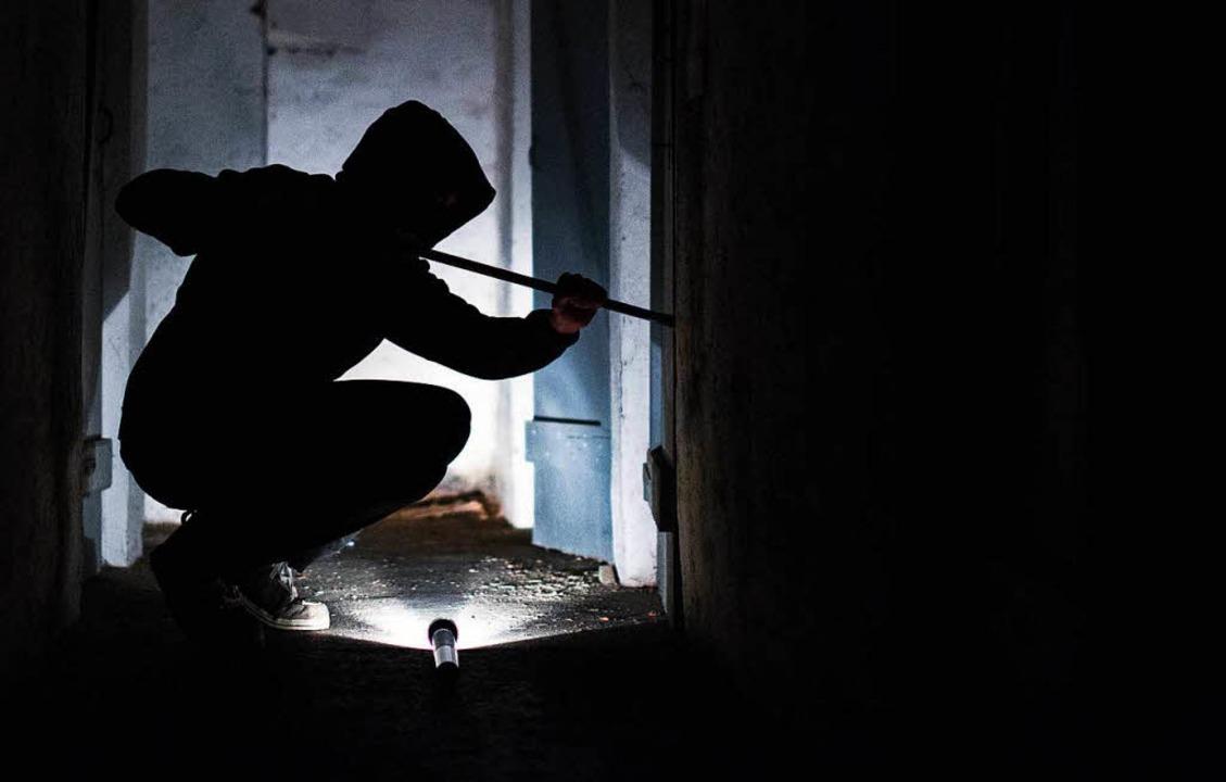 Gestellte Szene: Ein Einbrecher verschafft sich Zutritt.  (Symbolbild)    Foto: dpa
