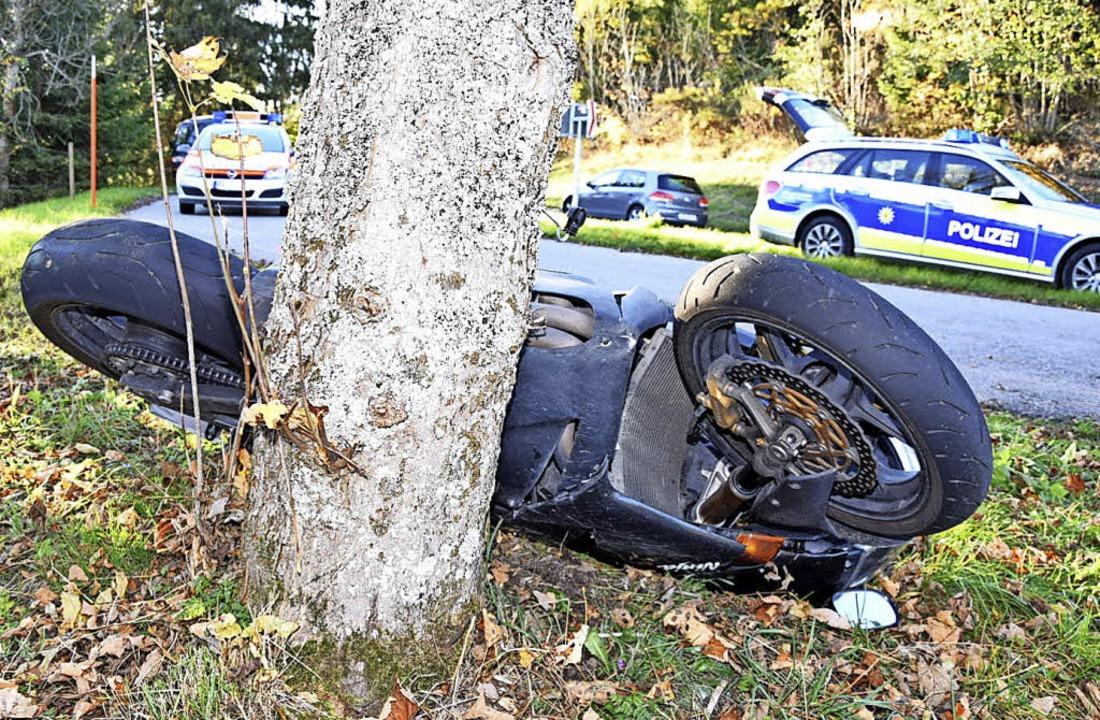 Mit den Rädern nach oben blieb das Motorrad liegen.   | Foto: Kamera 24