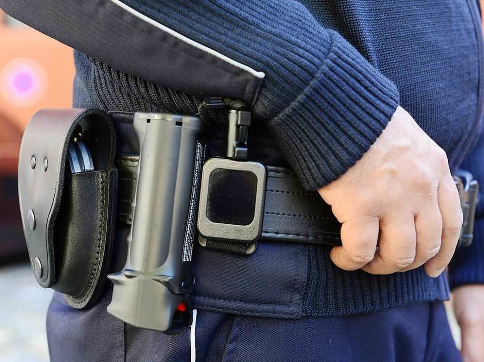 Handschellen  und Pfefferspray zur eigenen Sicherheit  | Foto: Ingo Schneider